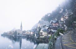 Neve che cade sopra il villaggio di Hallstatt Fotografia Stock Libera da Diritti