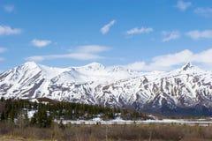 Neve che si fonde sulle montagne fotografia stock