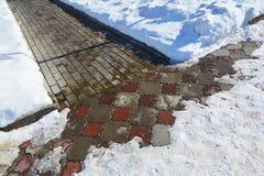 Neve che spala sentiero per pedoni dopo le precipitazioni nevose Fotografia Stock Libera da Diritti