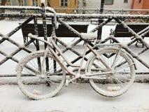 A neve cobriu a bicicleta foto de stock