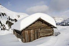 A neve cobriu a cabine da montanha imagens de stock