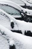 A neve cobriu carros do lado Fotos de Stock Royalty Free