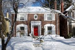 A neve cobriu a casa Fotos de Stock Royalty Free