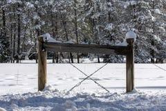 A neve cobriu a cerca imagem de stock
