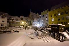 A neve cobriu a cidade medieval na noite Fotos de Stock