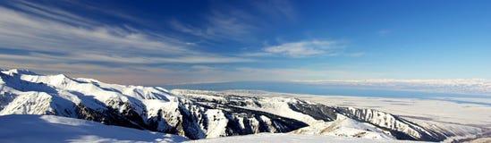 A neve cobriu montanhas e lago Issyk Kul, panoram Imagem de Stock Royalty Free