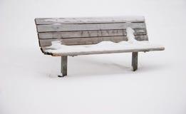 A neve cobriu o banco de parque Imagem de Stock Royalty Free