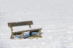 A neve cobriu o banco de parque fotos de stock royalty free