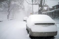 A neve cobriu o carro Fotografia de Stock Royalty Free