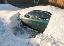 A neve cobriu o carro Imagem de Stock Royalty Free