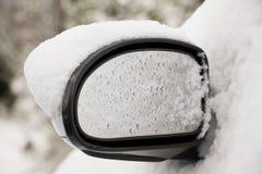 A neve cobriu o carro Imagens de Stock