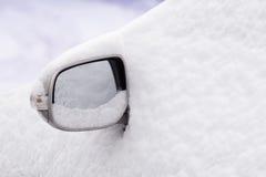 A neve cobriu o carro fotografia de stock