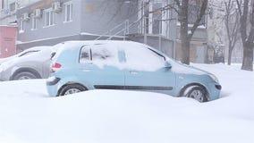 A neve cobriu o carro snowstorm video estoque