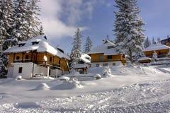 A neve cobriu o centro do esqui do inverno fotografia de stock