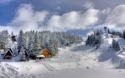 A neve cobriu o centro do esqui do inverno Imagem de Stock
