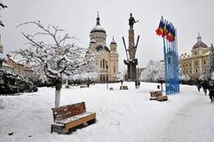 A neve cobriu o quadrado de cidade, Cluj Napoca Fotos de Stock