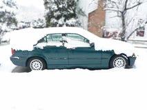 A neve cobriu o veículo 2 Foto de Stock