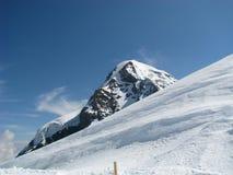 A neve cobriu a parte superior da montanha Fotografia de Stock