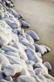 A neve cobriu rochas Fotos de Stock