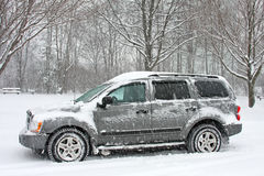 A neve cobriu SUV Imagem de Stock Royalty Free