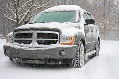 A neve cobriu SUV Fotografia de Stock