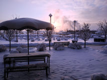 A neve cobriu a tabela de piquenique Fotografia de Stock Royalty Free