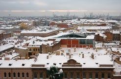 A neve cobriu telhados de St Petersburg Fotos de Stock