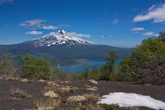 Neve contro lo sfondo del vulcano di Llaima Immagini Stock