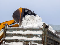Neve da carga em caminhões para a remoção Imagens de Stock