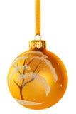 A neve da esfera do Natal cobriu a árvore Fotos de Stock