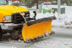 Neve da limpeza do arado de neve da estrada de cidade imagens de stock