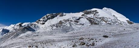 A neve da manhã cobriu montanhas sob o céu azul Imagem de Stock Royalty Free