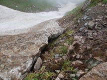 Neve das avalanchas no desfiladeiro fotografia de stock