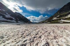 Neve de derretimento vermelha na alta altitude nos cumes Fotos de Stock Royalty Free