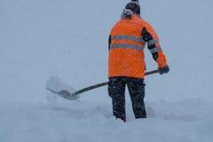 Neve de escavação e de limpeza na estrada Foto de Stock Royalty Free