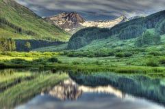 A neve de HDR tampou montanhas e reflexões Foto de Stock Royalty Free