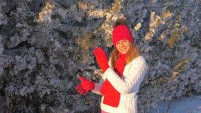 Neve de jogo e posição da mulher bonita sob a queda de neve, apreciando o inverno fora filme