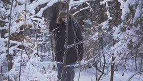 Neve de passeio de sorriso do homem inverno Forest Traveler With Backpack Acenando sua mão na câmera video estoque
