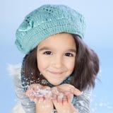Neve de sopro da menina do inverno imagem de stock royalty free