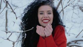Neve de sopro da mulher bonito video estoque