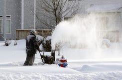 Neve de sopro nevando do trabalhador do dia foto de stock royalty free