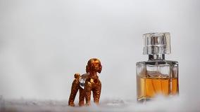 Neve de vidro do inverno do cão do ouro da garrafa de perfume video estoque
