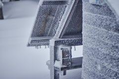 Neve della capanna nelle montagne Immagini Stock