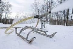 Neve della collina dello sci che rende attrezzatura in funzione immagine stock