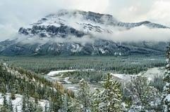 Neve della montagna del fiume del parco di Banff Natoinal Fotografie Stock Libere da Diritti
