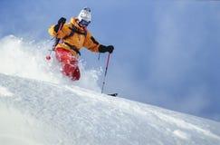 Neve della polvere di corsa con gli sci dell'uomo in Austria Immagini Stock Libere da Diritti