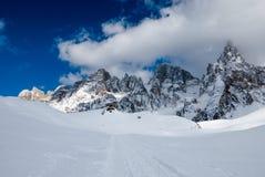 Neve della polvere e gamma di alta montagna Immagine Stock