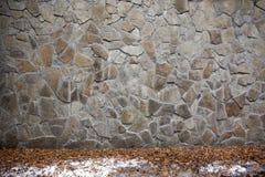 Neve della strada della parete di pietra nessuno fondo fotografia stock