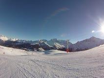 Neve delle montagne di corsa con gli sci Immagine Stock Libera da Diritti