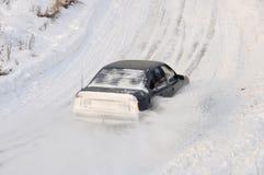 Neve dello spruzzo della deriva dell'automobile fotografia stock
